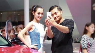 中国小伙去车展用豪车恶搞车模,美女们都看傻了
