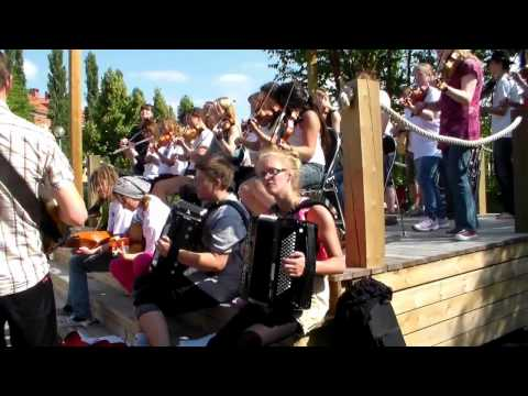 Folksummerschool från Järvsö Hälsingland spelar i Ljusdal Sweden Ledare Eiwor Kjellberg  063