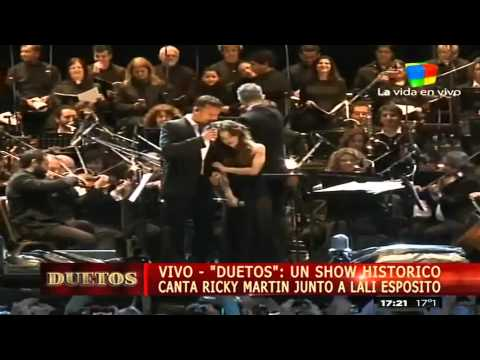 Ricky Martin y Lali Espósito, cantando bajo la lluvia