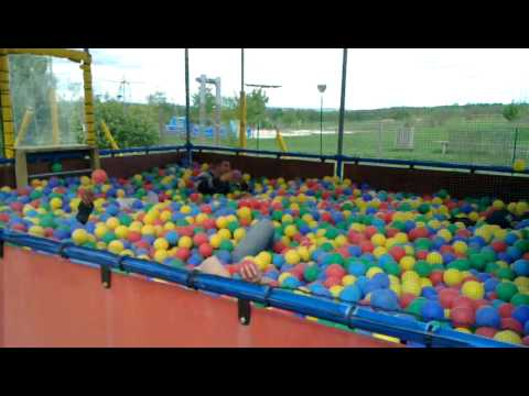 Piscine de boule youtube for Piscine a boule en mousse