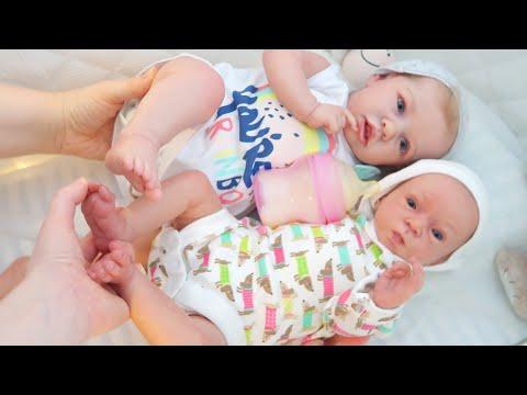 Играем в две куклы Реборн готовятся ко сну/Саша смотрит мультики, Реборн Оля пьет молочко/Зырики ТВ