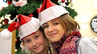 Наталья Поклонская с дочкой Настей в Центральном детском магазине в Москве