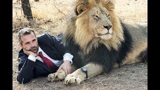 Der mit den Löwen spricht. Der Löwenflüsterer.