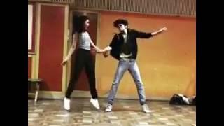 Срити танцует со своим другом