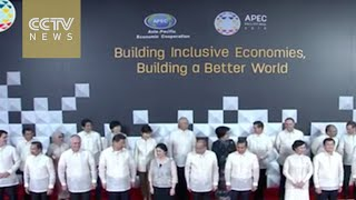 Leaders pose for family photo at APEC 2015 Economic Leaders