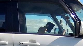 スマホをいじりながらチンタラ運転する、迷惑な車 thumbnail