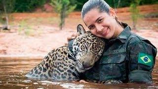 Они спасли его голыми руками! Утопающий ягуар обнял людей, как простой домашний кот