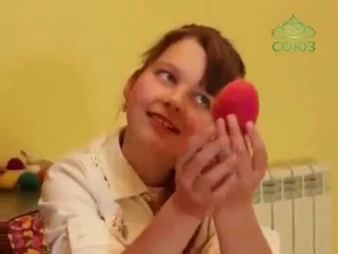 Девушка грызет яички