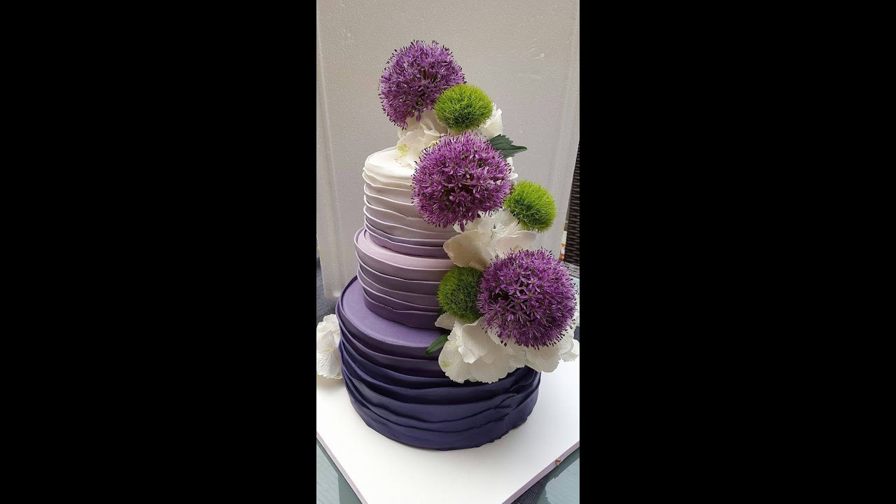 Schön Hochzeitstorte Lila Foto Von 3-stöckige Farbverlauftorte/ombrétorte/lila/echte Blumen