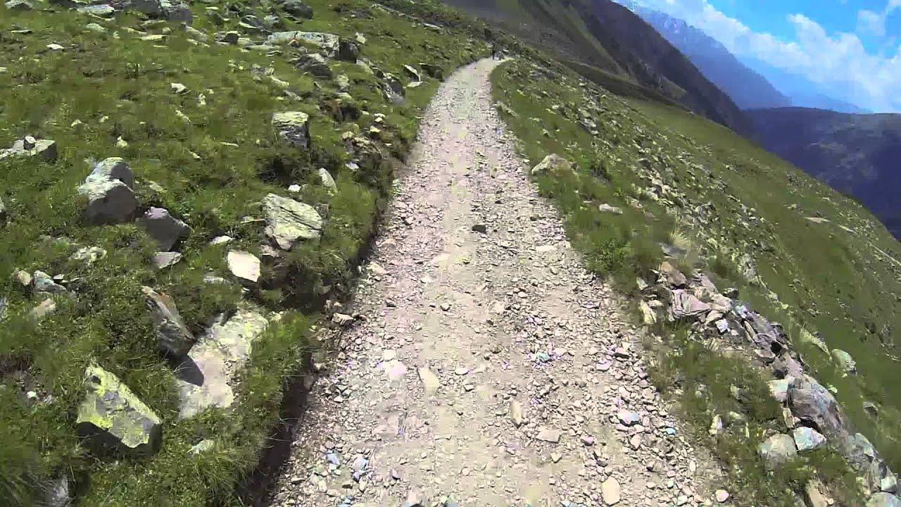 Discesa dal rifugio bozzi 2478 m alle case di viso in for Rifugio in baita di montagna