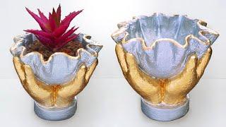 Mãos Segurando Um Vaso – Feito com Cimento e Tecido Velho