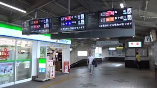 路線間競争で近鉄の優位性が格段と増す要因にもなっているJR線と近鉄線とで中間改札を設けず一体となっている松阪駅跨線橋の風景