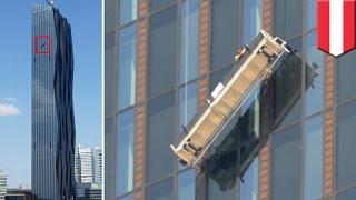 Мойщики окон повисли на высоте 48 этажа