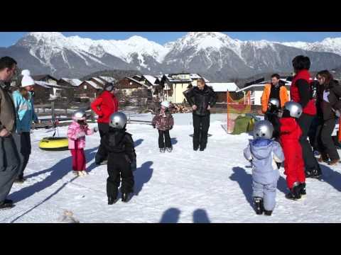 Die Kinder bei Skifahren im  Kinderhotel Lärchenwald