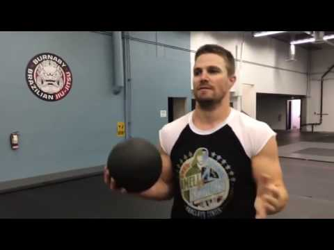 STEPHEN AMELL WORKOUT ROUTINE
