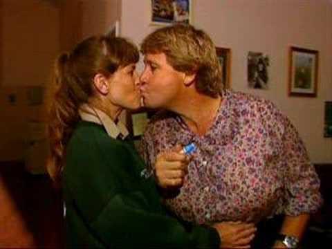 Steve and Terri Irwin kissing - YouTube