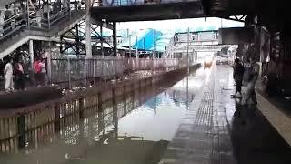 大量の雨が降ったインドの駅。ここに猛スピードで突っ込む特急列車が!!さて、どうなった?