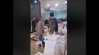 Wepost.gr Ιχθυόσκαλα Μηχανιώνας | Οπαδός του ΠΑΟΚ ντυμένος παπάς πικάρει φίλο του Αρειανό