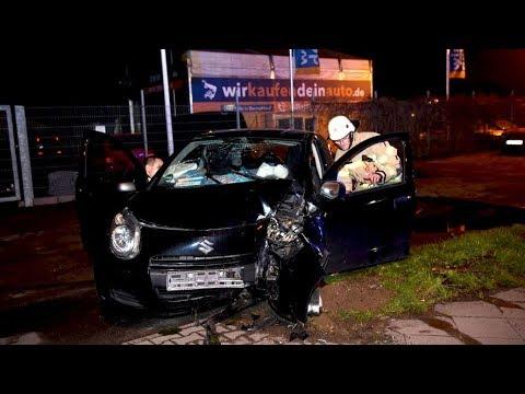 Berlin Pankow  Auto fährt gegen Baum, zwei Verletzte
