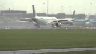 Un pilote fait atterrir son avion en pleine tempête