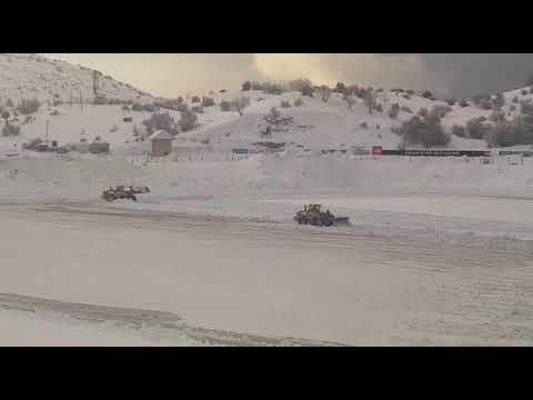 צפו: פינוי השלגים שנערמו באתר החרמון