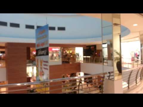 Pedaço do teto do Goiânia Shopping desaba