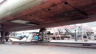 Removing bottom plate of Barge 'Oving1'