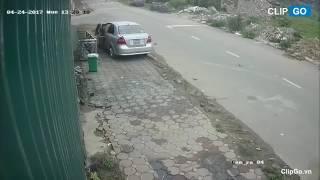 Người đàn ông đi ô tô sang trọng ăn trộm thùng rác bên lề đường