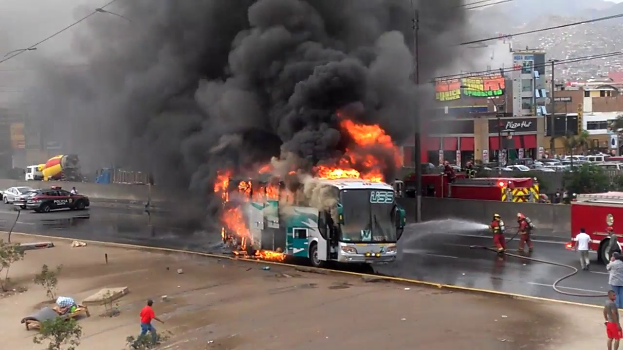 BUS SE INCENDIA EN LA PANAMERICA NORTE, LIMA - PERU