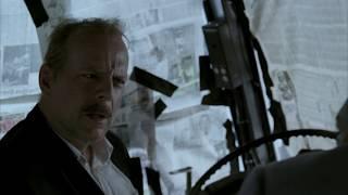 Джек выводит Эдди из автобуса вместе с заложниками. \