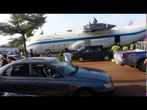Gabon : Un avion des forces aériennes gabonaise circule sur les routes d'Owendo