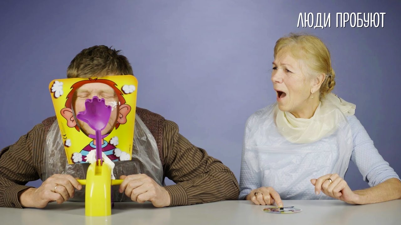 Старики играют в игру «Пирог в лицо»