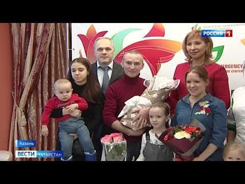 Жительнице Казани при выписке из роддома торжественно вручили коробку новорождённого
