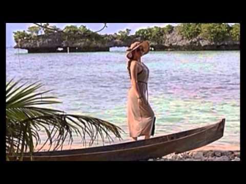Gaya Seksi Ariel Tatum Saat di Pantai