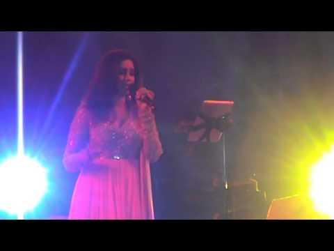 """Shreya Ghoshal singing Rabindra Sangeet """"Ektuku Choya Laga"""" in Kolkata in TOI concert."""