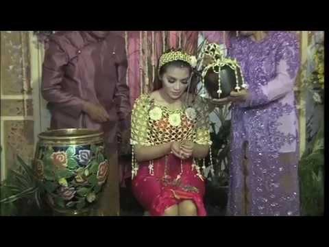 Resepsi Pernikahan Fitri Karlina Kental Adat Banyuwangi