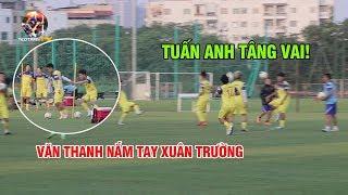 Tuấn Anh thể hiện kỹ năng tâng vai, Văn Thanh nắm chặt tay Xuân Trường tập luyện
