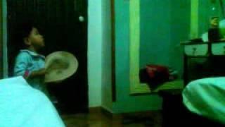 Danna Bailando y cantando