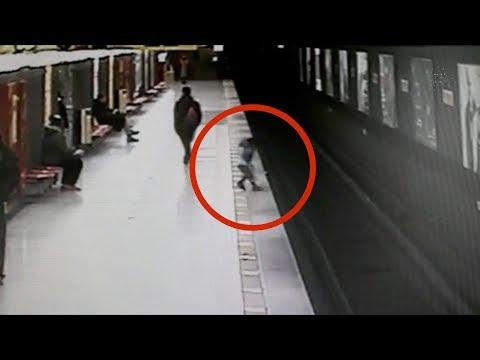 Bimbo di due anni corre sulla banchina e cade tra i binari della metro, paura a Milano