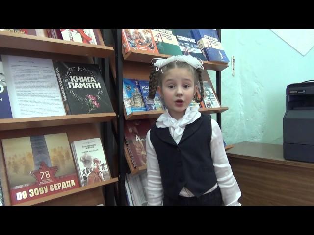 Изображение предпросмотра прочтения – КсенияВойтова читает произведение «В снегу стояла елочка» С.В.Михалкова