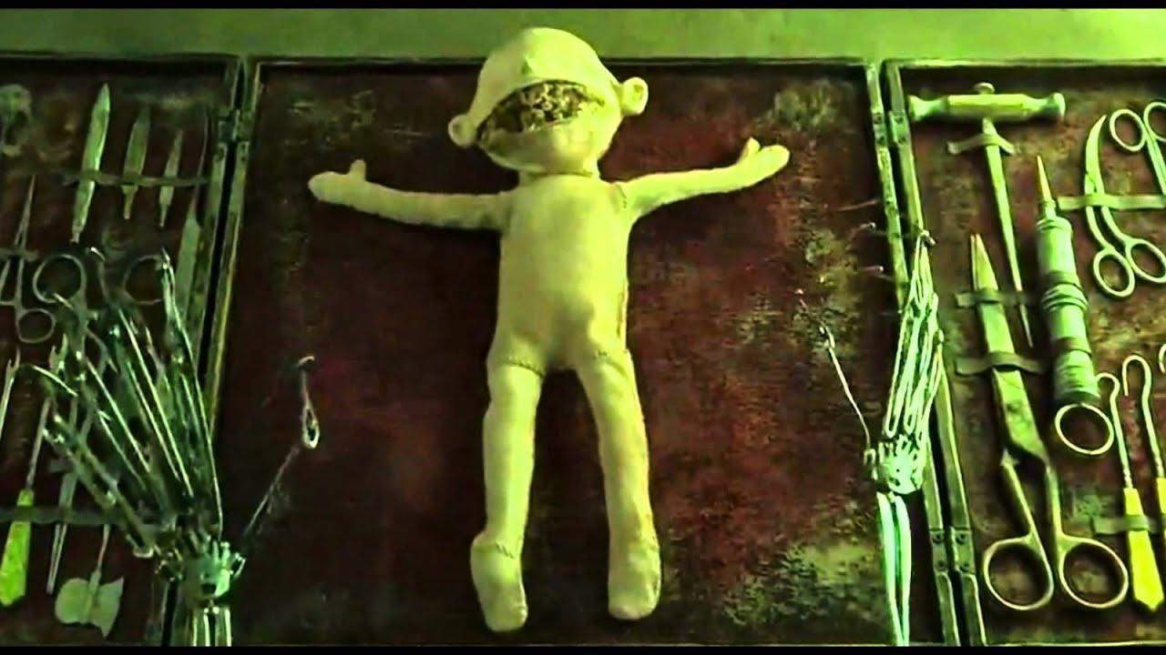 Полнометражный мультфильм коралина в стране кошмаров вокруг тв. Уиби приносит коралине подарок – тряпичную куклу с пуговицами вместо глаз, и с этого дня в жизни коралины начинается настоящий кошмар. Ночью она просыпается от мышиного писка. Девочка следует за мышью до маленькой.