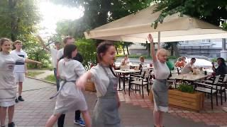 Флешмоб от Вареничной в Черкассах(23 июля мы случайно застали вот такое развлечение или флешмоб, кто как назовет. Все это было у входа в Варенич..., 2016-07-24T05:30:00.000Z)