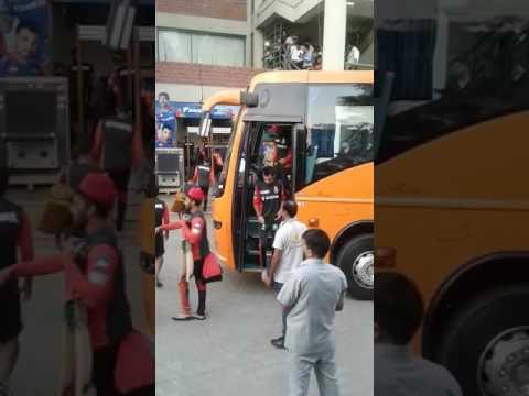 rcb players getting off bus at Delhi Stadium