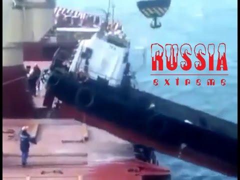 Russen verladen ein Schiff... fällt natürlich runter :) FAIL