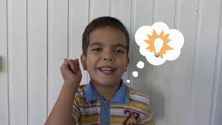 Пол это океан Малыш играет с игрушечным мотоциклом и как супер герой спасает его