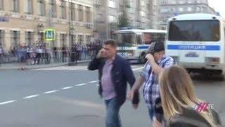"""Людей в Москве задерживают неизвестные люди в штатском на акции """"Он нам не царь"""""""