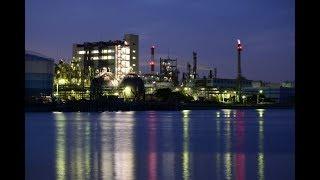 運河に反射する夕景の化学工場 川崎市・千鳥運河前埠頭