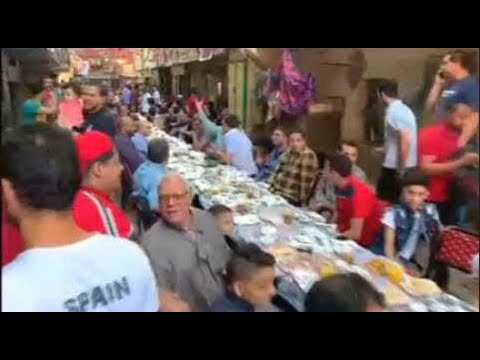 مصريون يستمتعون بالترابط حول مأدبة إفطار رمضاني  - نشر قبل 2 ساعة