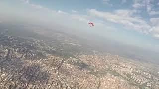 Día de la HISPANIDAD, impactante salto paracaidista, con bandera de ESPAÑA, aterriza Pso.Castellana