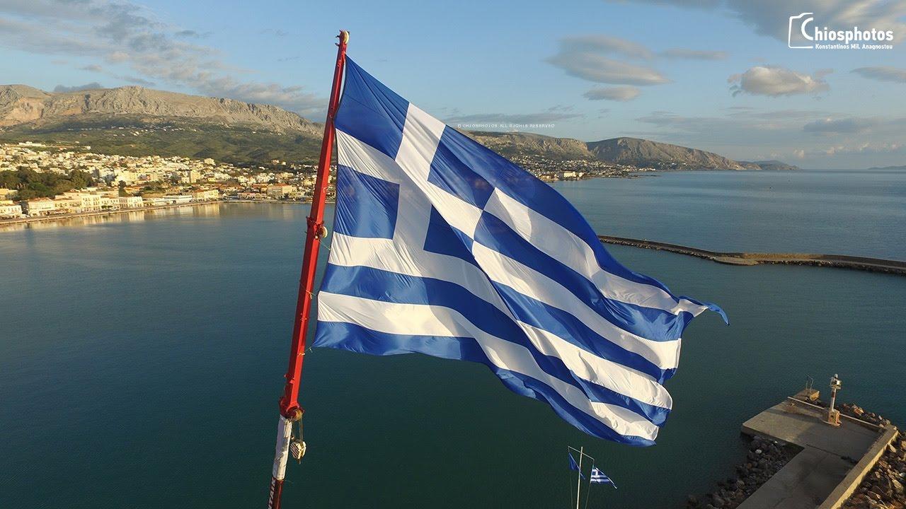 Αποτέλεσμα εικόνας για Η τεράστια γαλανόλευκη σημαία κυματίζει περήφανη στο λιμάνι της Χίου